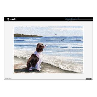 Perro de aguas de saltador en la playa portátil calcomanía