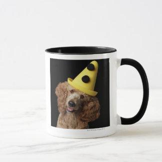 Perro de caniche de oro que lleva un gorra