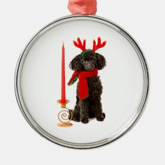 Perro de caniche negro de juguete del navidad adorno redondo plateado