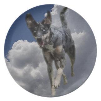 Perro de Catahoula que corre en nubes blancas mull Plato De Cena