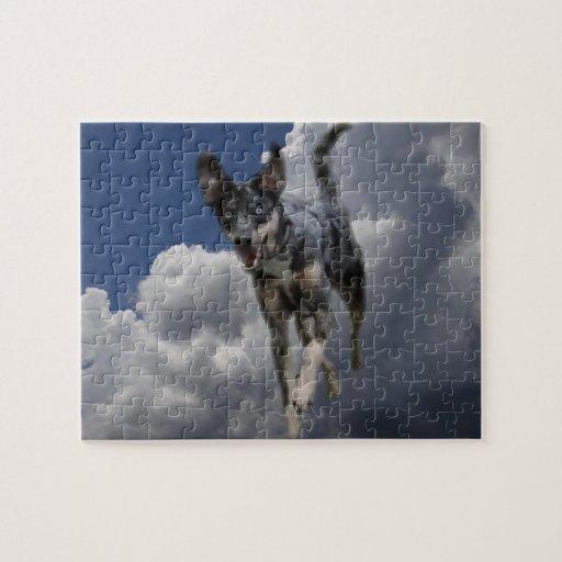 Perro de Catahoula que corre en nubes blancas mull Rompecabeza Con Fotos