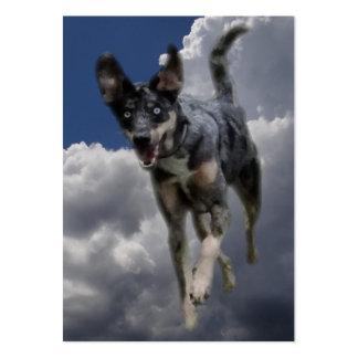 Perro de Catahoula que corre en nubes blancas mull Tarjetas De Visita