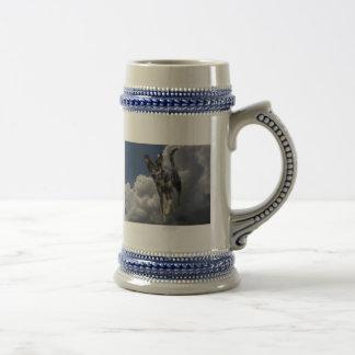 Perro de Catahoula que corre en nubes blancas mull Taza De Café