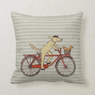 Perro de ciclo con el amigo de la ardilla - arte d cojin