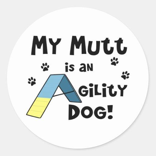 Perro de la agilidad del Mutt Pegatina Redonda