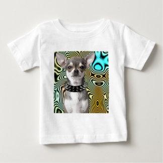 Perro de la chihuahua que parece fresco camisas