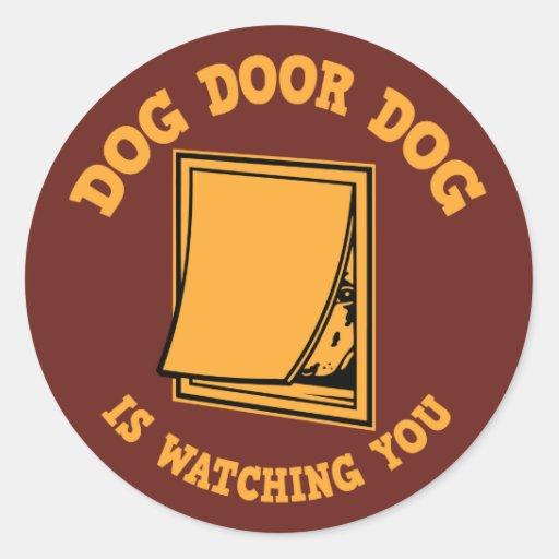 Perro de la puerta del perro pegatina redonda