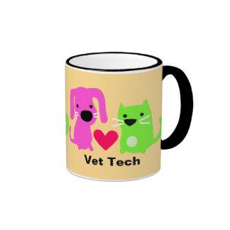 Perro de la tecnología del veterinario y gato y taza de dos colores