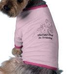 Perro de la terapia en camisa del perro del entren