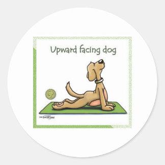 Perro de la yoga - actitud ascendente del perro de etiquetas