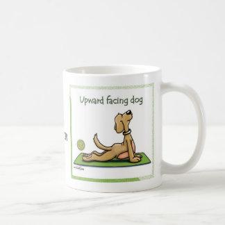 Perro de la yoga - actitud ascendente del perro de tazas de café