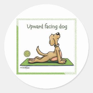 Perro de la yoga - actitud ascendente del perro pegatinas redondas