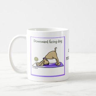 Perro de la yoga - actitud ascendente del perro taza básica blanca