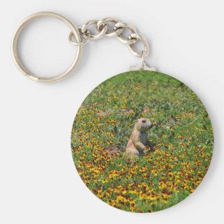 Perro de las praderas en flores llavero redondo tipo pin
