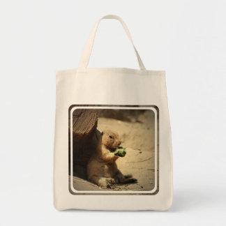 Perro de las praderas que cuelga hacia fuera la bolsa tela para la compra