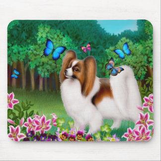 Perro de Papillon en el jardín Mousepad Tapetes De Ratones
