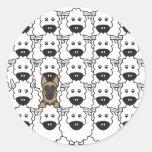 Perro de pastor alemán en las ovejas etiqueta redonda
