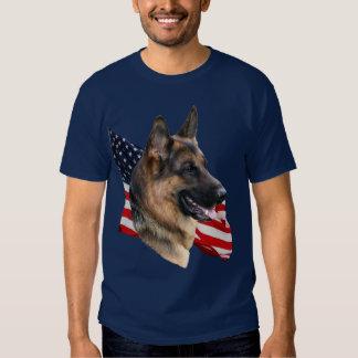 Perro de pastor alemán headstudy con la camisa de