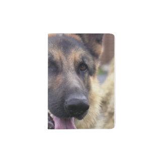 Perro de pastor alemán porta pasaporte