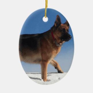 Perro de pastor alemán sano y feliz adorno navideño ovalado de cerámica