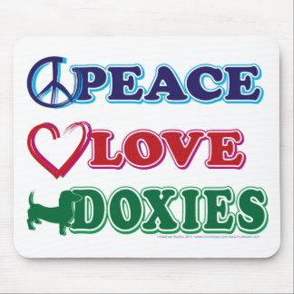 Perro de patas muy cortas de los Paz-Amor-Doxies Tapete De Ratón