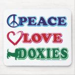Perro de patas muy cortas de los Paz-Amor-Doxies Alfombrilla De Ratón