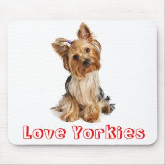 Perro de perrito de Yorkies del amor de Yorkshire  Tapetes De Raton