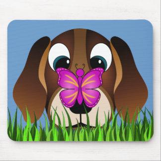 Perro de perrito del beagle y mariposa lindos Mous Alfombrillas De Ratones