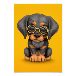 """Perro de perrito del Doberman con los vidrios de Invitación 3.5"""" X 5"""""""