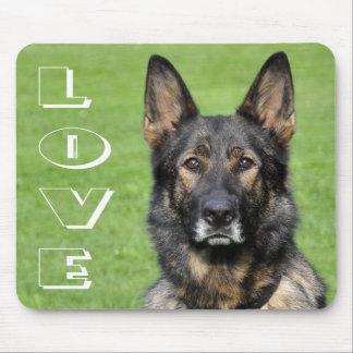 Perro de perrito del pastor alemán del amor tapetes de ratón