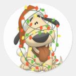 Perro de perrito divertido de las luces de navidad etiquetas redondas