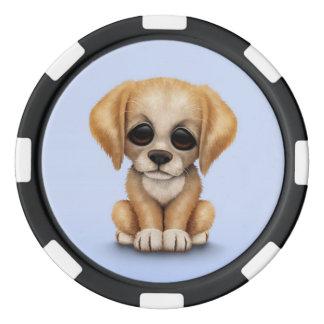 Perro de perrito lindo del golden retriever en juego de fichas de póquer