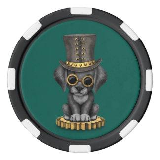 Perro de perrito negro lindo del laboratorio de juego de fichas de póquer