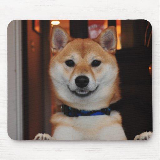 Perro de perrito sonriente de Shiba Inu Tapetes De Raton