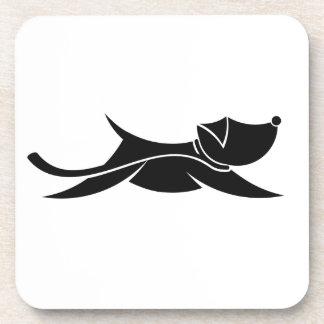 Perro de salto negro en el práctico de costa posavasos