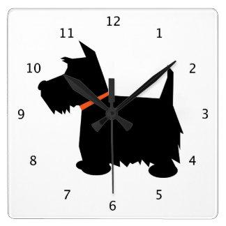 Perro de Terrier del escocés, silueta negra del es Reloj Cuadrado
