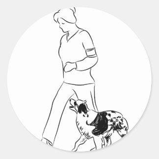 Perro del border collie del instructor que camina pegatina redonda