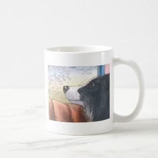 Perro del border collie que espera en coche taza de café