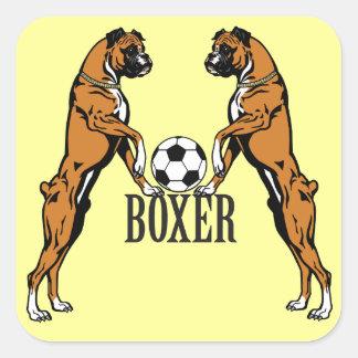 perro del boxeador con el balón de fútbol calcomanía cuadrada personalizada