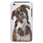 Perro del boxeador con los auriculares iPod Case-Mate protector