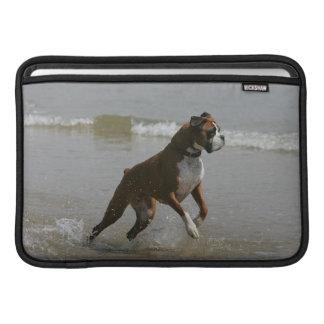 Perro del boxeador en agua fundas MacBook