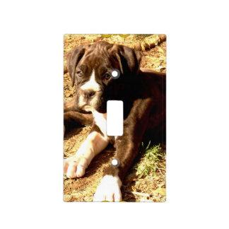 Perro del boxeador en cubierta de interruptor de l tapa para interruptor