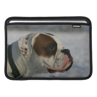 Perro del boxeador en la nieve fundas para macbook air