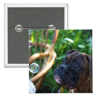 Perro del boxeador y botón de las burbujas pin
