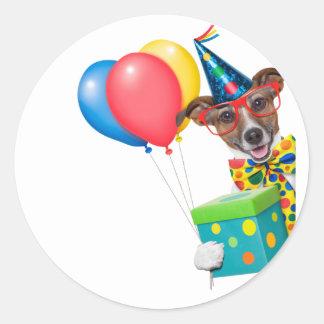 Perro del cumpleaños con el lazo y los vidrios de pegatina redonda
