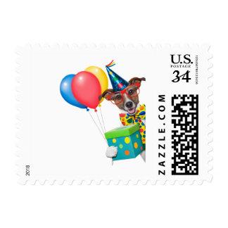 Perro del cumpleaños con el lazo y los vidrios de timbres postales
