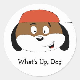 Perro del dibujo animado con la gorra de béisbol pegatina redonda