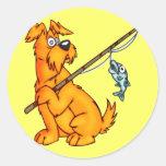 Perro del dibujo animado de la pesca etiquetas redondas