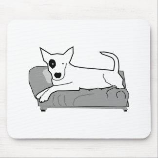 Perro del dibujo animado en el sofá alfombrillas de ratones