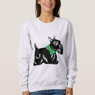 Perro del escocés con una camiseta de las mujeres polera